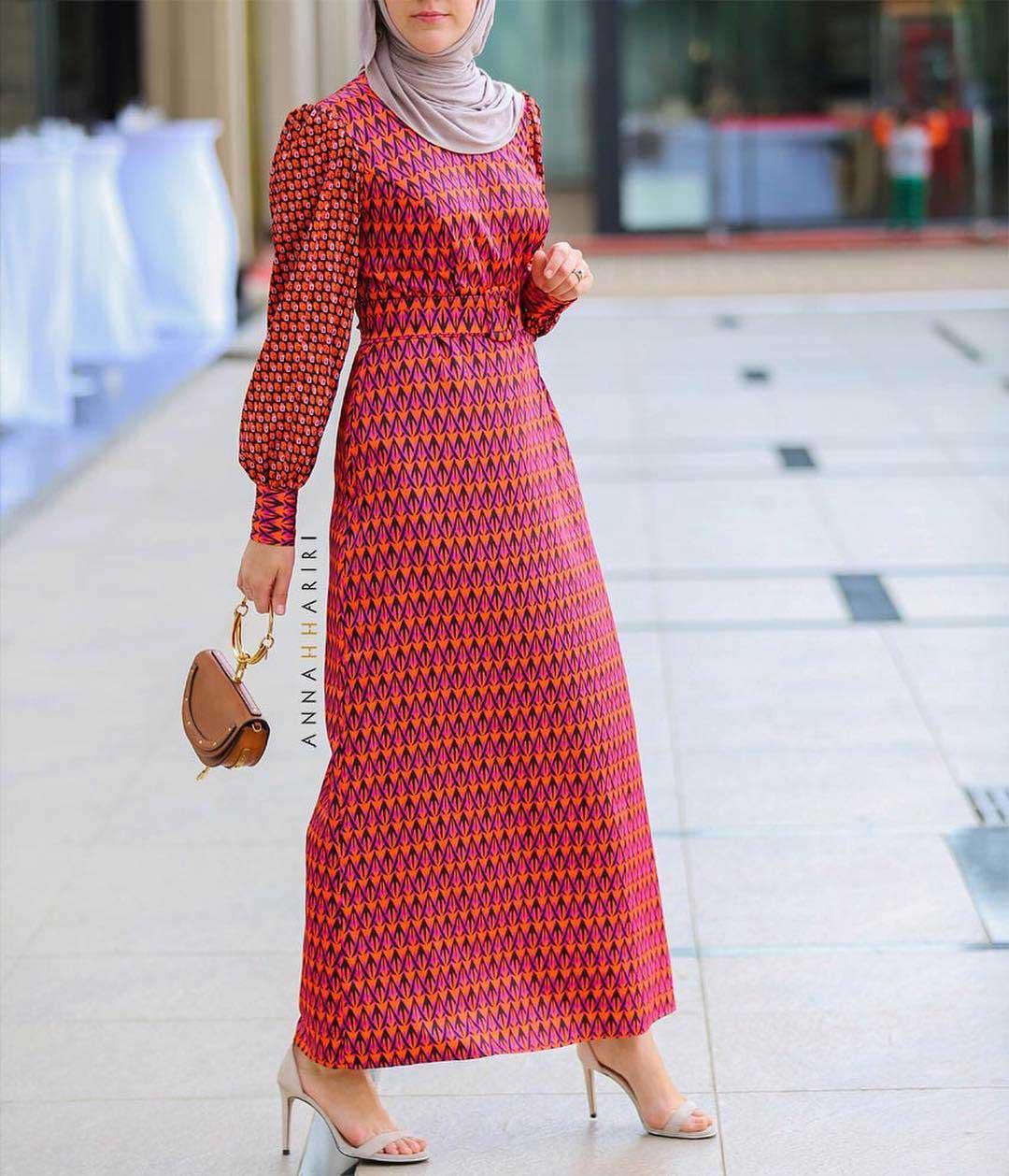 تفصيل فستان بدرجات اللون البرتقالي والفوشيا
